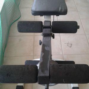 ποδήλατο γυμναστικής με καντράν και πάγκος γυμναστικής με βάρη