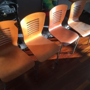 Τραπεζαρία με 4 καρέκλες κ 2 μικρά τραπεζάκια εκ των οποίων το ένα σπαστο