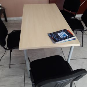 Τραπέζι συναντήσεων και δύο καρέκλες
