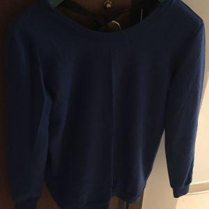 Μπλε μπλούζα φούτερ.