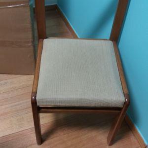 Καρέκλες τραπεζαρίας (4) με επένδυση στο κάθισμα σε πολλή καλή κατάσταση