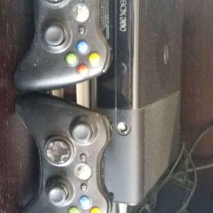 XBOX360 + 2 Χειριστήρια + 1 παιχνίδι δώρο