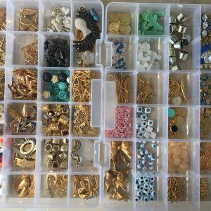 Πωλούνται δύο κασετίνες με υλικά για χειροποίητα κοσμήματα.