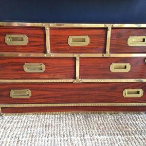 Vintage συρταριέρα με μπρούτζινες λεπτομέρειες