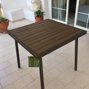 Τραπέζι από ατσάλι και ανθεκτικό τεχνητό ξύλο, που δε χρειάζεται συντήρηση. Π80 x Μ80 x Υ74 cm , στο κουτι του