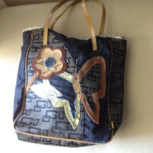 Τσάντα με ανάγλυφα λουλούδια