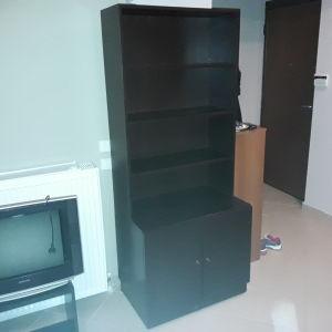 Βιβλιοθήκη βέγκε με 2 ραφια και ντουλαπια σε άριστη κατάσταση