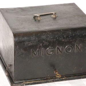 Παλιά έπιπλα, γραφομηχανή συλλεκτική, αντίκα 104 ετών