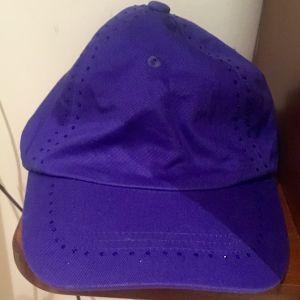 Emporio Armani καπέλο σε μωβ χρώμα.