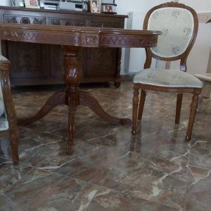 Τραπεζαρία τύπου Louis, μασίφ καρυδιά σκαλιστή με 6 καρέκλες, 2 πολυθρόνες και 2 καρέκλες σαλονιού.